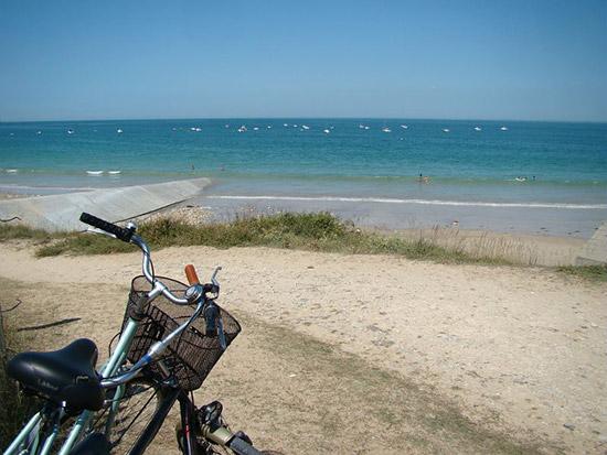 Ein Fahrrad am Strand auf der Ile de Noirmoutier.