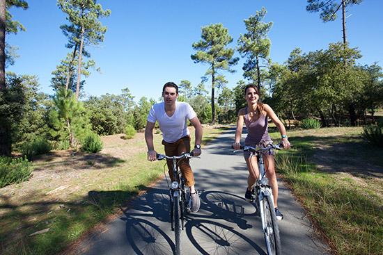 Zwei Radfahrer fahren durch den Wald auf der Ile d'Oléron.