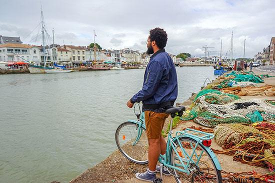 Ein Radfahrer am Hafen von Pornic