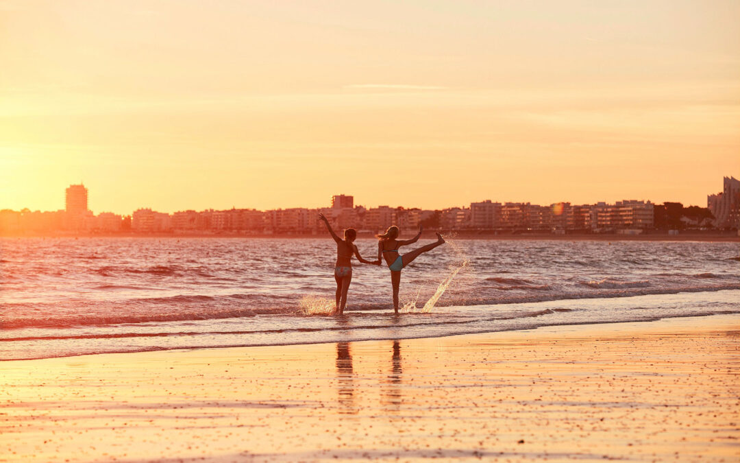 Der Strand von La Baule an der französischen Atlantikküste im Sonnenuntergang