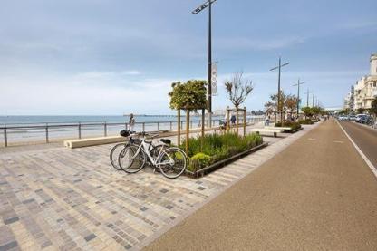 Blick auf eine Uferpromenade an der französischen Atlantikküste