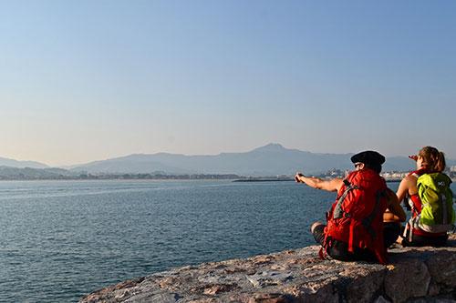 Zwei Wanderer in Hendaye blicken auf das Meer