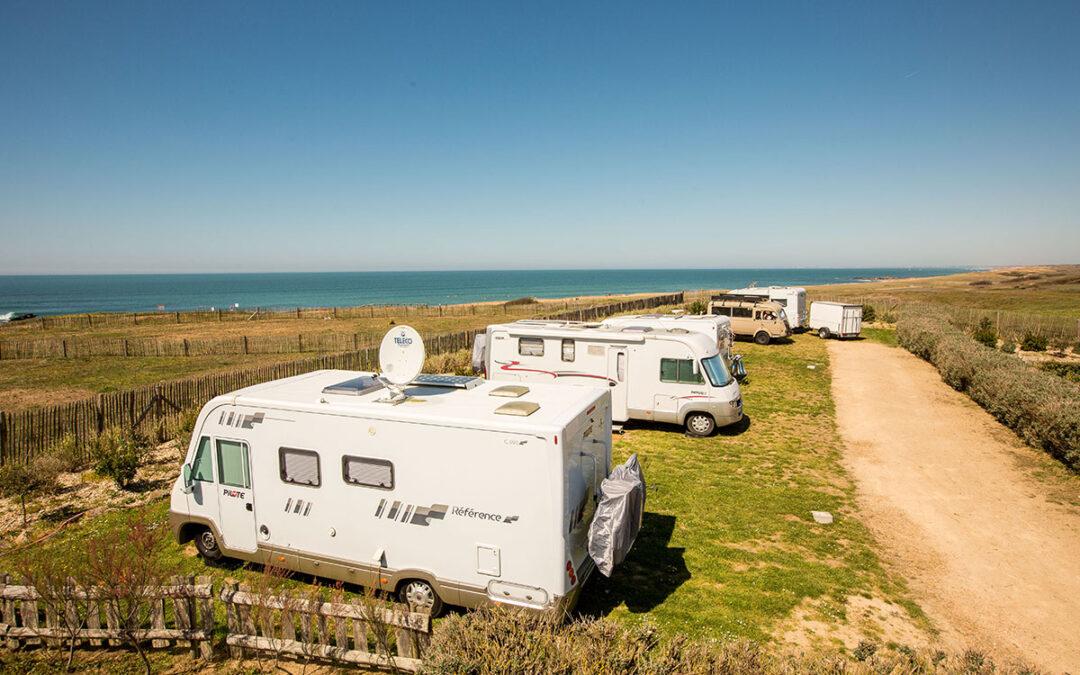 Wohnmobile mit Blick auf den Atlantik beim Campingplatz La Dune des Sables