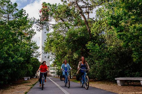 Fahrradfahrer vor dem Leuchtturm Phare du Cap Ferret